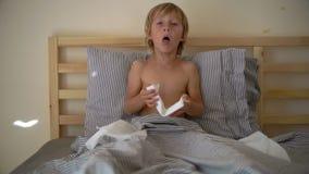 Superslowmotion schoss von einem kranken kleinen Jungen in einem Bett Babygrippekonzept stock video footage
