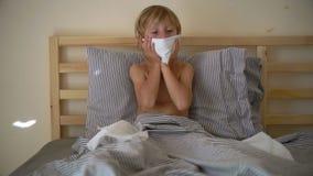Superslowmotion schoss von einem kranken kleinen Jungen in einem Bett Babygrippekonzept stock footage