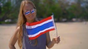 Superslowmotion schoss von einer schönen jungen Frau, die das Tragen reflektierende Sonnenbrille eine Staatsflagge von Thailand h stock video