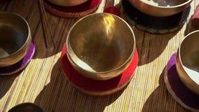 Superslowmotion strzał kobieta mistrz uzdrawia rytuał Azjatycka święta medycyna wykonuje Tybetańskich puchary Medytacja z zbiory wideo