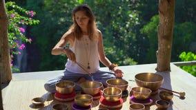 Superslowmotion strzał kobieta mistrz uzdrawia rytuał Azjatycka święta medycyna wykonuje Tybetańskich puchary Medytacja z zdjęcie wideo