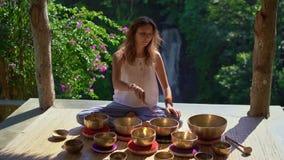 Superslowmotion strzał kobieta mistrz uzdrawia rytuał Azjatycka święta medycyna wykonuje Tybetańskich puchary Medytacja z zbiory