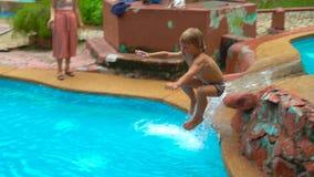 Superslowmotion strzelał chłopiec doskakiwanie troszkę w wodnego basen zbiory wideo