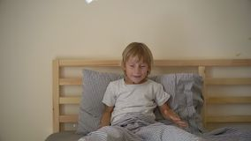 Superslowmotion strzelał chłopiec miotania pieluchy w górę świętować jego wyzdrowienie od choroby troszkę zdjęcie wideo