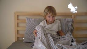 Superslowmotion a tiré d'un petit des serviettes de lancement garçon vers le haut de célébrer son rétablissement de maladie clips vidéos