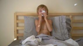 Superslowmotion a tiré d'un petit garçon malade dans un lit Concept de grippe de bébé clips vidéos