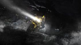 Supersport motorcykelryttare som kör på natten arkivbilder