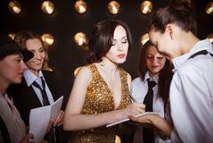 Superstarfrau gedrängt von den Paparazzi Lizenzfreie Stockbilder
