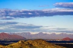 Supersticiones y capa de nubes - una visión desde Phoenix, AZ Foto de archivo libre de regalías
