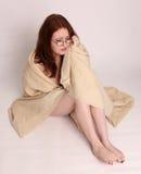 Superstite di disastro della giovane donna avvolto in una coperta Immagini Stock