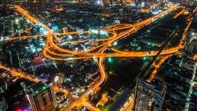 Superstrada e strada principale di paesaggio urbano di notte di Bangkok fotografia stock