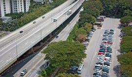 Superstrada vicino a carpark Fotografie Stock Libere da Diritti