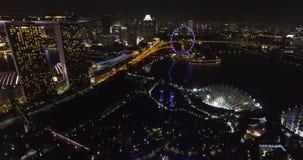 Supertree树丛和小游艇船坞海湾沙子的夜鸟瞰图在新加坡 股票视频
