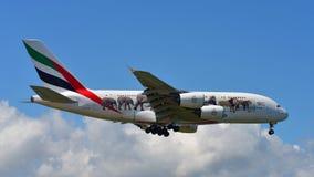 Supertunnel-bohrwagen Emirat-Airbusses A380 vereinigte herein für Livreelandung der wild lebenden Tiere an internationalem Flugha Stockfotos