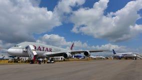 Supertunnel-bohrwagen Qatar Airwayss Airbus A380 auf Anzeige in Singapur Airshow Stockbild
