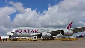 Supertunnel-bohrwagen Qatar Airwayss Airbus A380 auf Anzeige in Singapur Airshow Lizenzfreies Stockfoto