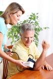 Supervisión casera de la presión arterial Imagenes de archivo