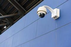 Supervisión del CCTV, cámaras de seguridad en el estadio al aire libre fotografía de archivo