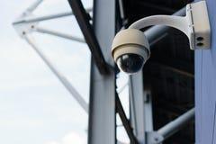 Supervisión del CCTV, cámaras de seguridad en el estadio al aire libre foto de archivo
