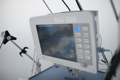 Supervisión del conectado a una máquina que mantiene las constantes vitales en la unidad crítica del cuidado imagen de archivo