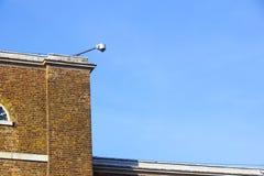 Supervisie 24 uur op 24 uur Veiligheidscamera in openlucht opgezet op de bakstenen muur Panorama met hemel Stock Foto's