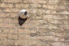 Supervisie 24 uur op 24 uur Veiligheidscamera in openlucht opgezet op de bakstenen muur Royalty-vrije Stock Fotografie