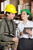 Supervisor com tabuleta de Digitas e contramestre At foto de stock royalty free