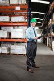 Supervisor confiado con el tablero en Warehouse Imágenes de archivo libres de regalías