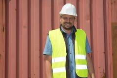 Supervisor del trabajador de muelle que comprueba datos de los envases Fotografía de archivo libre de regalías