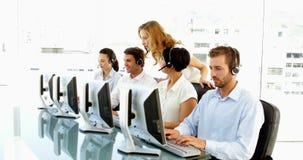 Supervisor die op call centrewerknemers controleren stock videobeelden