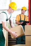Supervisor en pakhuisarbeider tijdens baan royalty-vrije stock afbeeldingen