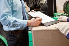 Supervisore che mostra lavagna per appunti al caporeparto Immagine Stock