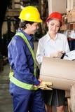Supervisore e caporeparto Inspecting Stock Fotografia Stock Libera da Diritti