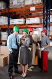 Supervisores e contramestres no armazém foto de stock