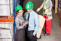 Supervisors en Voorman Working At Warehouse stock fotografie