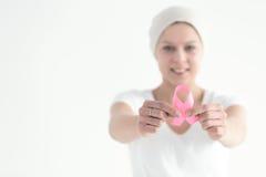 Superviviente del cáncer de pecho que sostiene la cinta fotografía de archivo libre de regalías