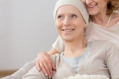 Superviviente del cáncer que miente en abrazo imagenes de archivo