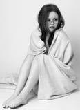 Superviviente del desastre de la mujer joven envuelto en una manta Fotografía de archivo