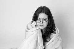 Superviviente del desastre de la mujer joven envuelto en una manta Imagenes de archivo