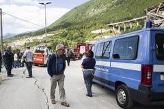 Supervivientes del terremoto en el camino dañado, Pescara del Tronto, Ascoli Piceno, Italia Fotografía de archivo libre de regalías