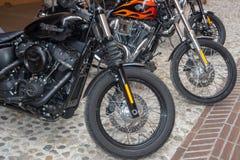 Superweinlesemotorradfahrräder und Sportautos stockbild