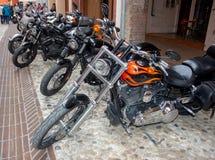 Superweinlesemotorradfahrräder und Sportautos lizenzfreie stockfotos