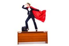 Superwoman, der auf Schreibtisch steht Lizenzfreie Stockfotos
