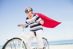Superwoman supérieure sur un vélo Photographie stock libre de droits