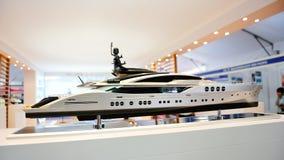 superyacht för lyxig model show Arkivbild