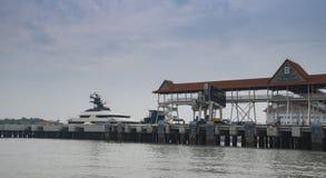 Superyacht-Gleichmut im Hafen Klang lizenzfreies stockbild