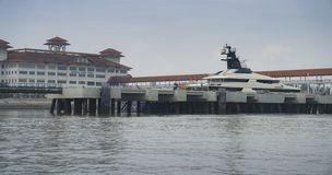 Superyacht-Gleichmut im Hafen Klang Malaysia lizenzfreies stockbild