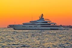 Superyacht på gul solnedgångsikt royaltyfria bilder