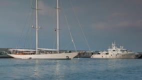 Superyachts, żegluje jachty, motorowe łodzie i jachty w wyprawa stylu cumował przy schronieniem 4K zdjęcie wideo