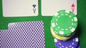 Superzeitlupe die Spielstücke fallen auf die Karten ab stock video footage